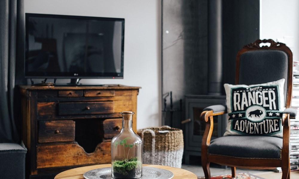 Salón con TV y sofá