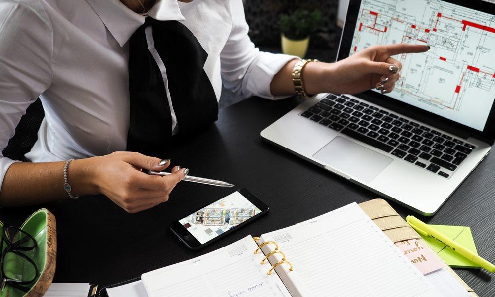 Mujer trabajando con el ordenador portátil