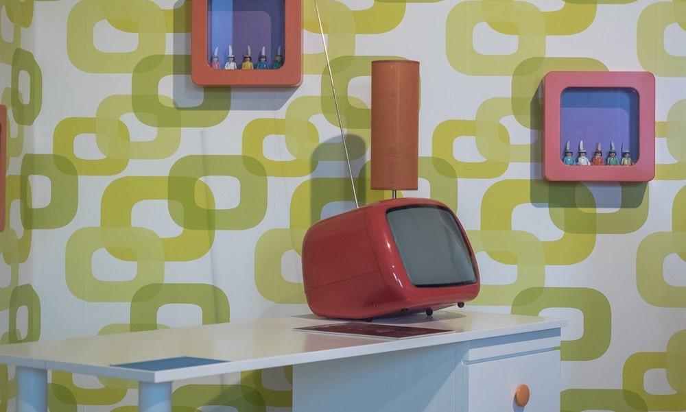 Televisor vintage en habitación