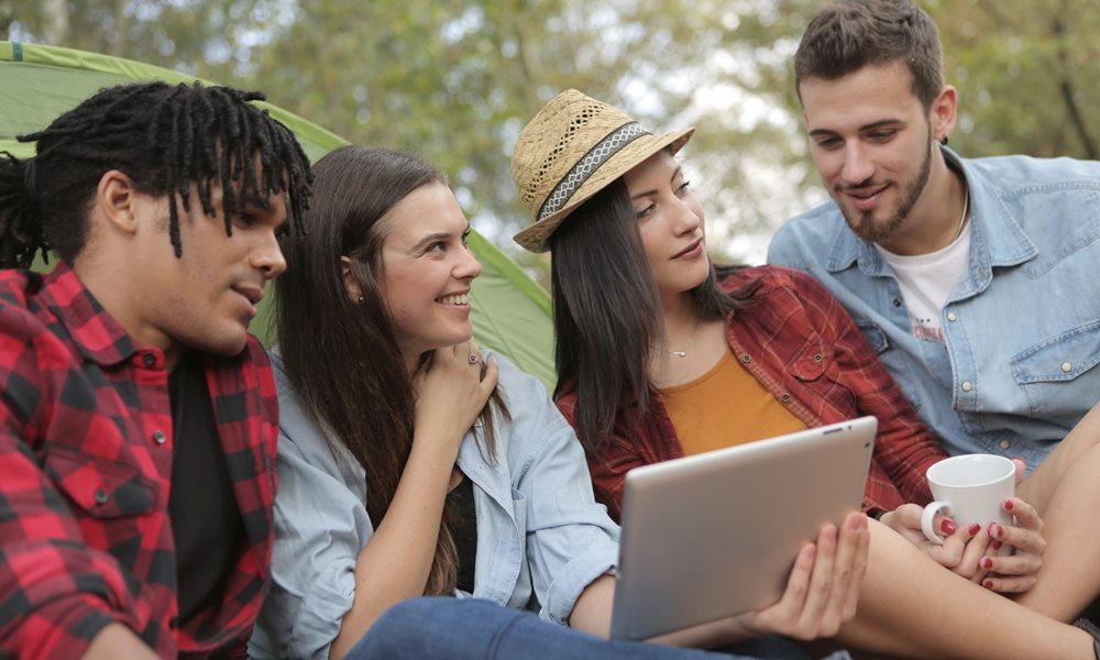 Grupo de amigos conectados a Internet