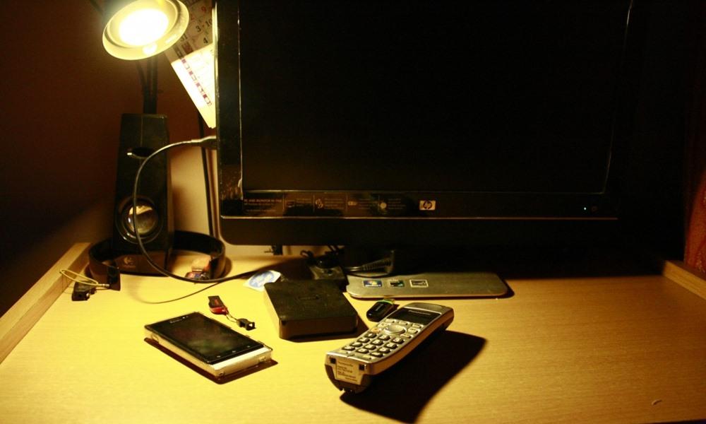Ordenador y teléfono sobre un escritorio