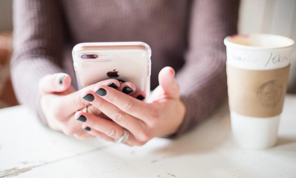 Mujer utilizando un móvil de Bonarea