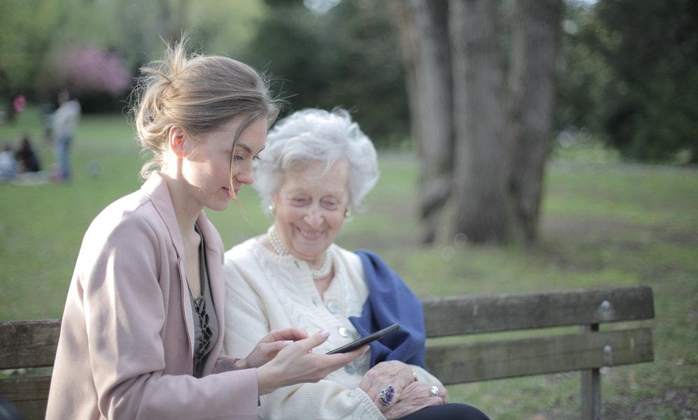 Joven y anciana conectadas con Euskaltel