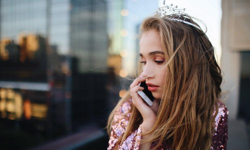 Chica conectada gracias a Xenet