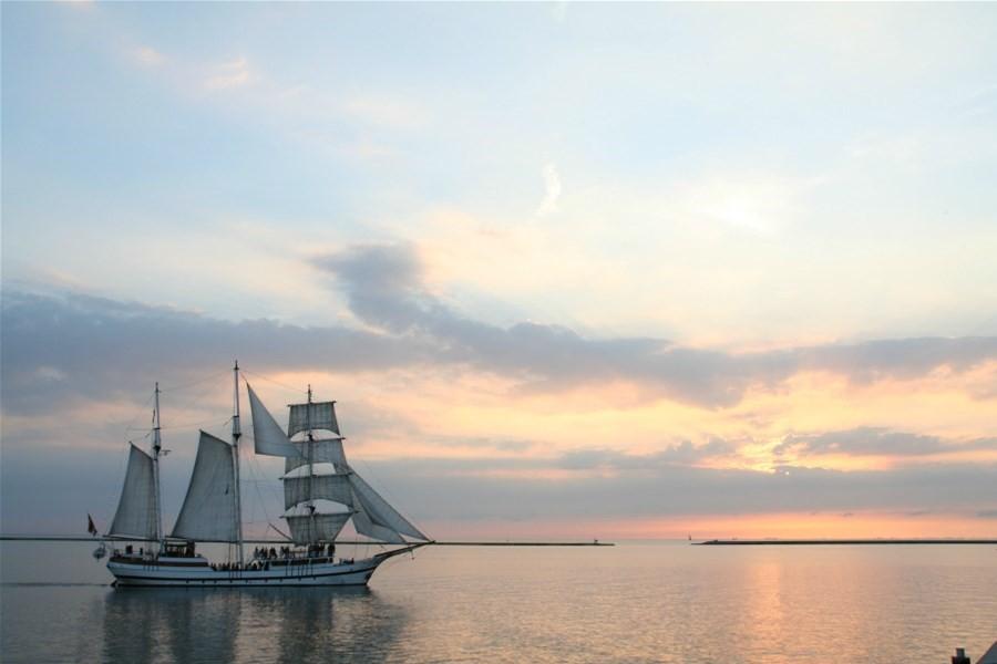 Detailafbeelding van Evening cruise