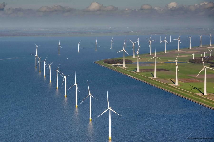 Detailafbeelding van Zeilen door het windmolenpark in de Noordoostpolder