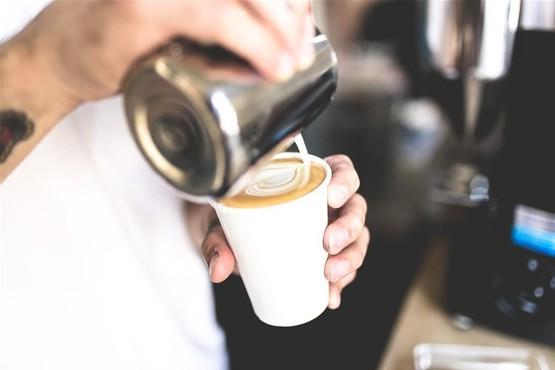 Zeilen en koffie maken met een barista