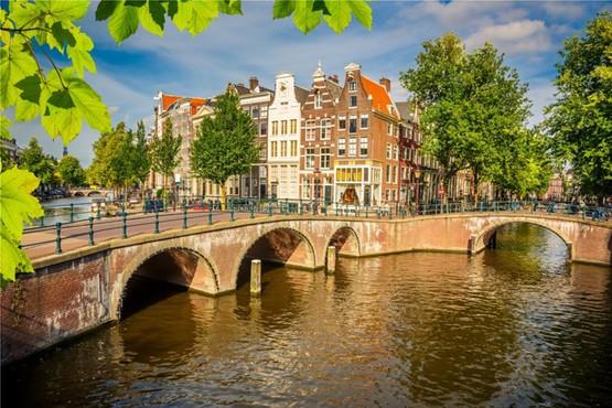 Erleben Sie die berühmten Grachten in Amsterdam