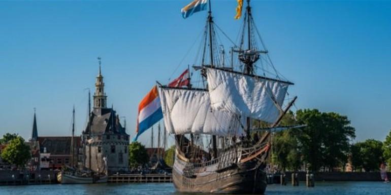 Schip uit de gouden eeuw varend in Hoorn
